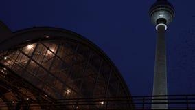 Ferrocarril y pájaros de Alexanderplatz que vuelan alrededor de la torre de la televisión de Fernsehturm del berlinés, Berlín almacen de video