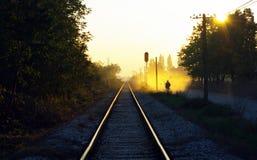 Ferrocarril y un individuo Fotografía de archivo libre de regalías