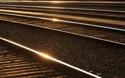 Ferrocarriles con brillos en los carriles. Fotografía de archivo