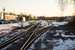 Ferrocarriles de intersección con una poca cobertura de la nieve imagen de archivo