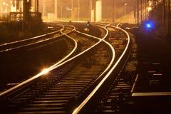 Ferrocarriles de la noche Fotos de archivo libres de regalías