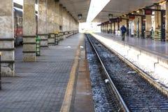 Ferrocarriles en la estación foto de archivo