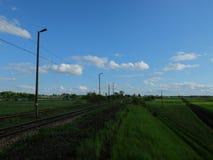 Ferrocarriles polacos y un cielo azul agradable foto de archivo