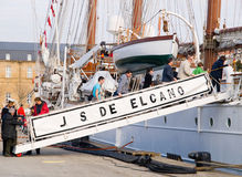 FERROL, ESPAÑA - 16 DE FEBRERO: Marina de guerra española Juan Sebastian de Elcano Fotografía de archivo