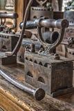 Ferros antigos do vintage para passar da roupa fotos de stock royalty free