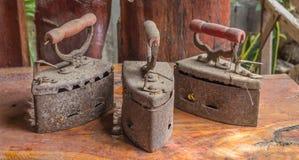 Ferros de carvão vegetal velhos imagens de stock