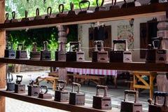 Ferros de passar roupa velhos na prateleira de madeira fotos de stock royalty free