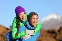 Ferroutage de couples heureux dans le mode de vie actif Image libre de droits