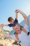 Ferroutage de père et de fils des vacances photographie stock libre de droits