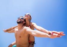 Ferroutage de transport de femme d'homme sur la plage Image stock