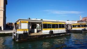 Ferrovia小船中止在威尼斯,意大利 图库摄影