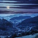 Ferrovia al villaggio in montagne alla notte Fotografie Stock Libere da Diritti