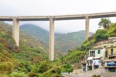 Ferrovia alta in montagne sopra la città Fotografia Stock