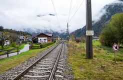 Ferrovia attraverso il mezzo della città di Obertraun Il tempo era così nuvoloso e pronto a piovere tutte le volte immagine stock