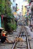 Ferrovia attraverso la vecchia città di Hanoi Fotografia Stock