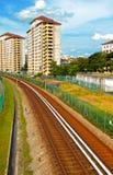 Ferrovia che passa con la zona dell'alloggiamento Fotografie Stock