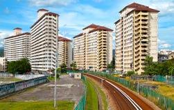 Ferrovia che passa con la zona dell'alloggiamento Immagine Stock