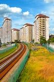 Ferrovia che passa con la zona dell'alloggiamento Fotografia Stock Libera da Diritti