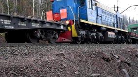 Ferrovia che si passa la sponda del fiume con un vecchio treno elettrico che avanza verso stock footage