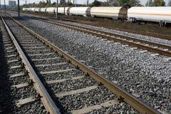 Ferrovia con il treno di trasporto Immagine Stock