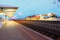 Ferrovia con la piattaforma del treno alla notte Fotografia Stock Libera da Diritti
