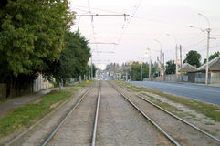 Ferrovia con le marcature bianche sulla via della città Fotografie Stock Libere da Diritti