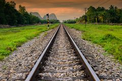 Ferrovia del treno nello sfondo naturale all'alba Immagini Stock Libere da Diritti