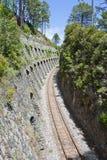 Ferrovia delimitata dalle rocce in Corsica, Francia Immagini Stock Libere da Diritti