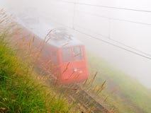 Ferrovia della montagna nella foschia Fotografia Stock