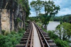 Ferrovia di camminata del atDeath della traccia alla stazione della caverna di Krasae, Kanchanaburi, Tailandia Immagine Stock Libera da Diritti