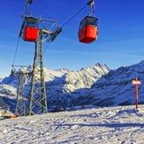 Ferrovia di cavo sulla località di soggiorno degli sport invernali in alpi svizzere Immagini Stock