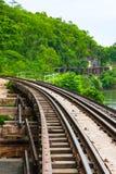 Ferrovia di morte del ponte di Tham Kasae dei treni passeggeri sul fiume Kwai Kanchanaburi, Tailandia Fotografie Stock Libere da Diritti