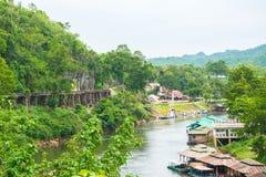 Ferrovia di morte del ponte di Tham Kasae dei treni passeggeri sul fiume Kwai Kanchanaburi, Tailandia Fotografia Stock Libera da Diritti