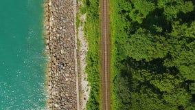 Ferrovia di Multikilometer lungo la costa di mare, paesaggio del litorale, trasporto archivi video