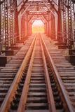 Ferrovia per il treno ad alta velocità fra la città ferrovia con la struttura del tunnel per l'incrocio il fiume Piano dell'ingeg Fotografie Stock Libere da Diritti