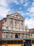 Ferrovia portuario e iglesia en Venecia Italia Foto de archivo