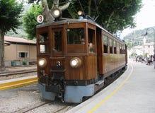 Ferrovia a scartamento ridotto elettrica della freccia rossa Fotografia Stock