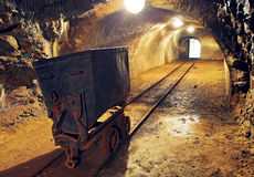 Ferrovia sotterranea del tunnel dell'oro della miniera Immagine Stock