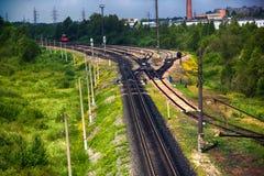 ferrovia sulle periferie di grande città fotografia stock libera da diritti
