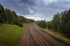 Ferrovia vuota con i cieli scuri Fotografie Stock Libere da Diritti