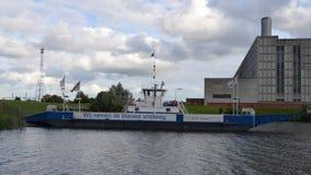Ferry à la centrale électrique de port Image stock
