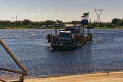 Ferry à travers la rivière Zambesi photos libres de droits