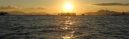 Ferry à travers le détroit au coucher du soleil Images stock