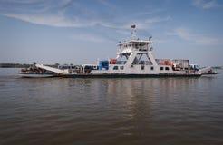 Ferry à travers le Mékong au Cambodge Photographie stock
