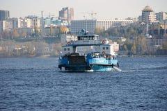 Ferry à travers le Volga Photographie stock libre de droits