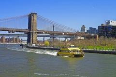 Ferry al ponte di Manhattan e del ponte di Brooklyn sopra East River Fotografie Stock