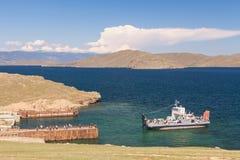 Ferry all'isola Olkhon sul lago Baikal fotografia stock