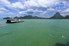 Ferry allant du continent Thaïlande à l'île de samui images libres de droits