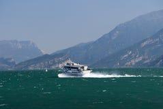 Ferry andare a Malcesine sulla polizia Italia del lago Fotografia Stock