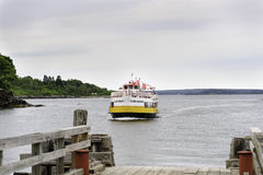 Ferry approaching dock Royalty Free Stock Photography